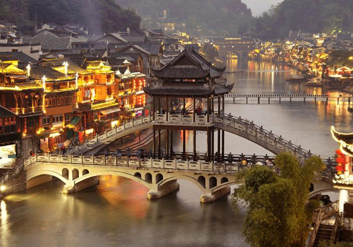 Thị trấn cổ Phượng Hoàng về đêm.