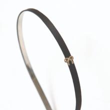 Cài tóc satin đen gắn nơ nhỏ kim loại vàng hiệu ELLE ELE240302