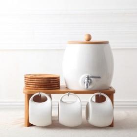Bộ bình rót nước hình trống kèm 6 cốc bằng sứ, giá treo trắng