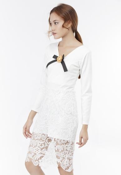 Đầm ôm Amun cổ đắp chéo phối ren đính hoa màu trắng DOM200-TRANG
