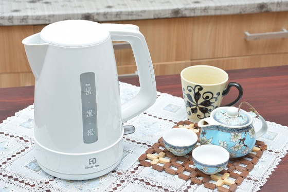 Ấm đun nước Electrolux EEK1303W