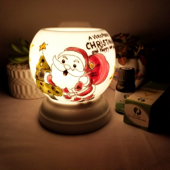 Đèn xông tinh dầu mini noel tặng 01 lọ tinh dầu sả chanh 5ml NuCare và 01 bóng đèn dự phòng (Noel)