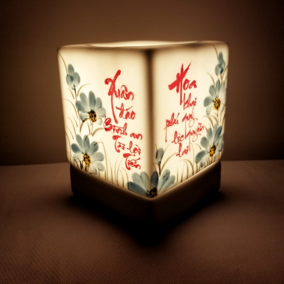 Đèn xông tinh dầu dáng vuông tặng 03 lọ tinh dầu sả chanh + cam + quế  5ml NuCare (Xuân hoa)