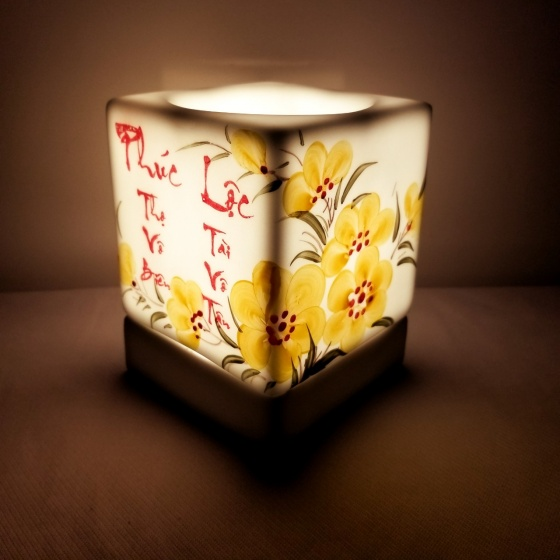 Đèn xông tinh dầu dáng vuông tặng 03 lọ tinh dầu sả chanh + cam + quế  5ml NuCare (Phúc lộc)