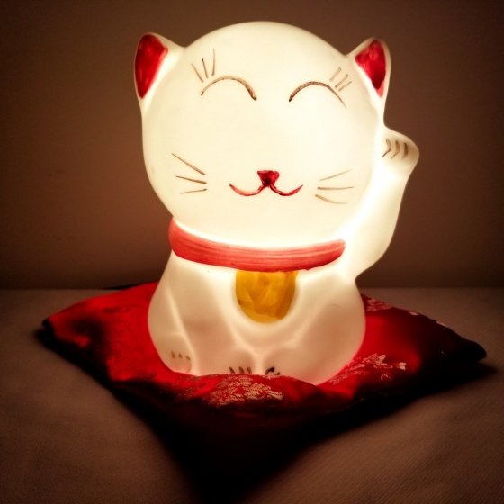 Đèn xông tinh dầu hình mèo chiêu tài tặng 02 lọ tinh dầu 5ml sả chanh, quế NuCare