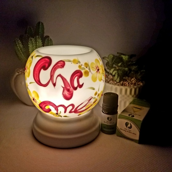 Đèn xông tinh dầu mini chữ thư pháp tặng 01 lọ tinh dầu sả chanh 5ml NuCare và 01 bóng đèn dự phòng (Cha Mẹ)