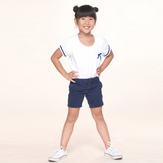 Áo thun bé gái trắng viền xanh UKID229