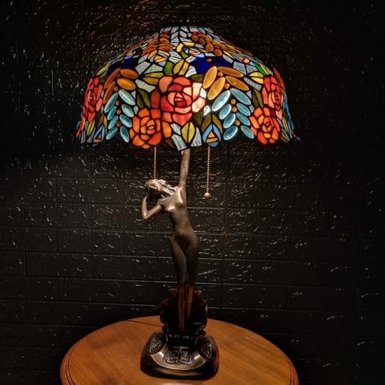 Đèn bàn trang trí Tiffany chao 40 hoa hồng đặc biệt - chân cô gái đồng