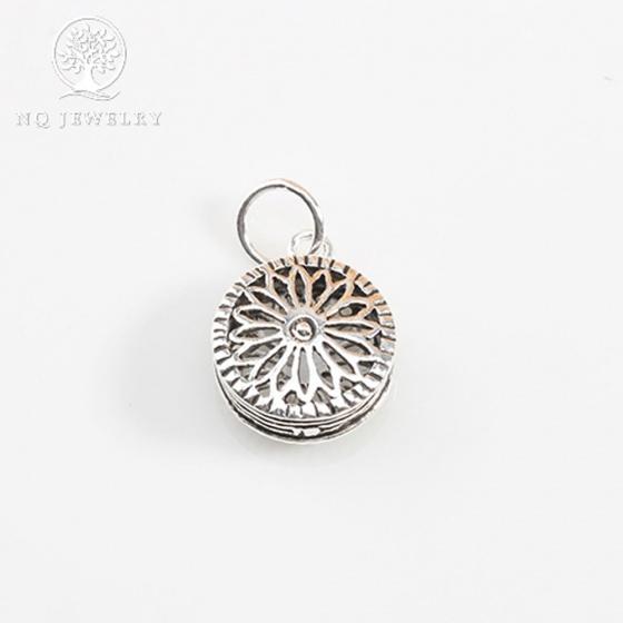 Charm bạc hình tròn họa tiết hoa văn treo