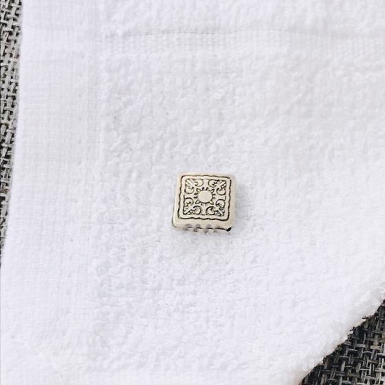 Charm bạc xám hình vuông xỏ ngang họa tiết hoa văn