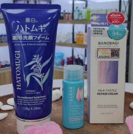 Combo Trị Mụn 1 Sữa rửa mặt + kem dưỡng phục hồi Hatomugi và tinh chất trị mụn và ban đỏ Paula's Choice.